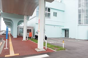 5. The shuttle bus stop at Wakkanai Airport is in the parking lot in front of the crosswalk.