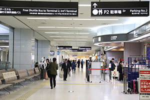 5. If you rent a car in NIPPON Rent-A-Car or TOYOTA Rent a Car, continue straight along the aisle.