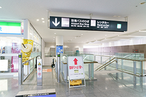 6. After check-in, go down to the first floor with the escalator on the right of the rental car reception desk.
