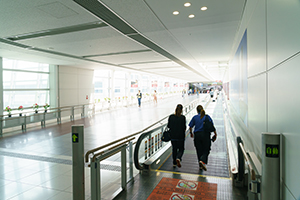 4. Go straight along the moving walkway. The end of the pathway leads to the second floor of the Access Plaza.